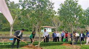 Hội đồng Nhân dân tỉnh Nghệ An trồng cây đầu xuân tại Khu mộ Bà Hoàng Thị Loan