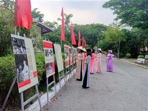 Triển lãm ảnh về Chủ tịch Hồ Chí Minh tại Khu Di tích Nguyễn Sinh Sắc