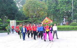 Đoàn đại biểu hành trình Tôi yêu Tổ quốc tôi về thăm Khu Di tích Kim Liên