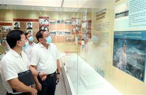 """Bộ trưởng Nguyễn Văn Hùng: Nhiều hình ảnh, hiện vật xúc động ở trưng bày """"Người đi tìm hình của nước"""""""