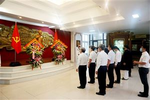 Thừa Thiên Huế dâng hoa lên Chủ tịch Hồ Chí Minh nhân kỷ niệm ngày Cách mạng Tháng Tám và Quốc khánh 2/9