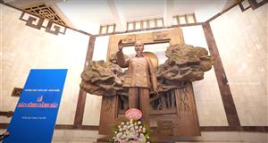 Lễ báo công dâng Bác và xin lửa rước đuốc của Trường Trung học phổ thông Trần Phú tại Bảo tàng Hồ Chí Minh