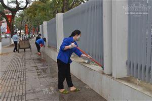 Đoàn Cơ sở Bảo tàng Hồ Chí Minh tham gia lao động công ích vệ sinh không gian, cảnh quan Bảo tàng