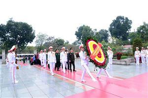 Đoàn đại biểu Ban Chỉ đạo phối hợp hoạt động Cụm Di tích lịch sử - văn hóa Ba Đình dâng hoa, vào Lăng viếng Chủ tịch Hồ Chí Minh và tưởng niệm các Anh hùng liệt sỹ