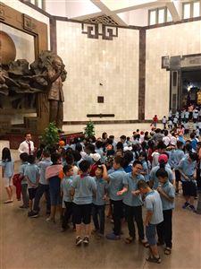 Một chuyến tham quan của học sinh Trường tiểu học Nguyễn Bỉnh Khiêm tại Bảo tàng Hồ Chí Minh