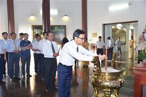 Phó Thủ tướng Vũ Đức Đam viếng mộ cụ Phó bảng Nguyễn Sinh Sắc