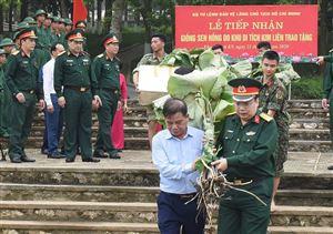 Khu Di tích Kim Liên trao tặng giống Sen hồng cho Bộ Tư lệnh Bảo vệ Lăng Chủ tịch Hồ Chí Minh