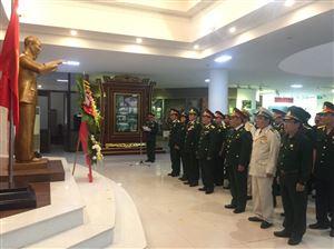 Đoàn đại biểu Đại hội thi đua Cựu chiến binh gương mẫu tỉnh Thừa Thiên Huế dâng hoa, báo công lên Chủ tịch Hồ Chí Minh