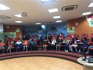 Cha mẹ và các con cùng tham quan và trải nghiệm tại không gian khám phá Bảo tàng Hồ Chí Minh