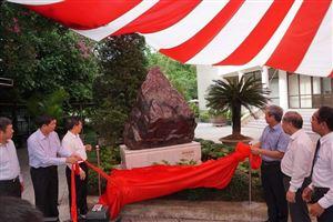 Kiểm toán Nhà nước trao tặng phiến đá sapphire 14 tấn đặt tại Bảo tàng Hồ Chí Minh-Thừa Thiên Huế