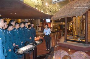 Cán bộ, học viên Học viện Phòng không-Không quân tham quan thực tế tại Bảo tàng Hồ Chí Minh