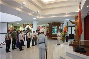 Lãnh đạo tỉnh Thừa Thiên Huế và thành phố Huế thành kính dâng hoa lên Chủ tịch Hồ Chí Minh