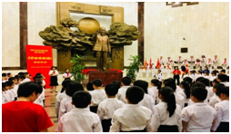 Lễ kết nạp Đội của học sinh Trường Tiểu học Trưng Vương tại Bảo tàng Hồ Chí Minh