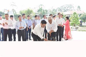 Phó Thủ tướng Phạm Bình Minh viếng mộ cụ Phó bảng Nguyễn Sinh Sắc