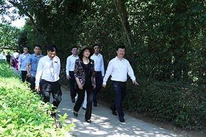 Phó Chủ tịch nước Đặng Thị Ngọc Thịnh dâng hương dâng hoa tưởng niệm Chủ tịch Hồ Chí Minh