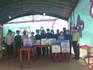 Chi đoàn Bảo tàng Hồ Chí Minh Thừa Thiên Huế phối hợp tặng quà tại các chốt kiểm tra y tế trên địa bàn huyện Phong Điền