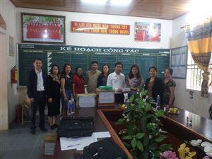 Khu di tích Kim Liên trao quà của nhà tài trợ cho Trường Tiểu học Thanh Hà, huyện Thanh Chương, Nghệ An