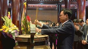 Đoàn đại biểu Bộ Nông Nghiệp và Phát triển Nông thôn dâng hương tại Khu di tích Kim Liên