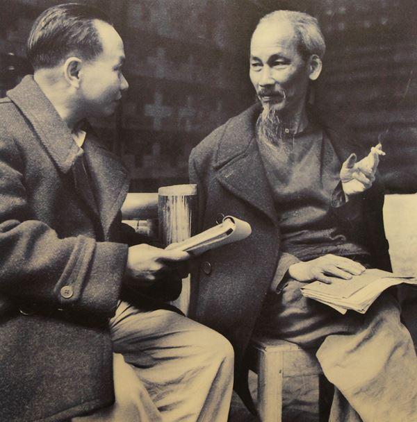 Tháng 5/1941, tại Hội nghị Trung ương lần 8 diễn ra tại Pác Pó, Cao Bằng, Trường Chinh được bầu làm Tổng bí thư. Tại lán Khuổi Nậm, lần đầu tiên ông được gặp lãnh tụ Nguyễn Ái Quốc. Sau này, Trường Chinh trở thành cộng sự, người học trò gần gũi của Chủ tịch Hồ Chí Minh.