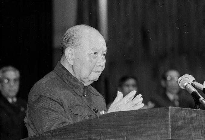 Mùa đông năm 1986, từ diễn đàn Đại hội VI, Tổng bí thư Trường Chinh ra lời hiệu triệu nhìn thẳng vào sự thật, đánh giá đúng sự thật, nói rõ sự thật. Sau Đại hội, Trường Chinh rời cương vị Tổng bí thư, trở thành cố vấn Ban chấp hành Trung ương Đảng và giữ vai trò này cho đến khi qua đời năm 1988.