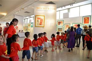 """[Ảnh] Trưng bày """"Chân dung Hồ Chí Minh – Góc nhìn từ tranh cổ động.1969 – 2011"""""""
