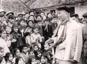 Bác Hồ đến với các cháu mồ côi ở trại Kim Đồng