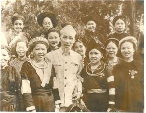 Bác Hồ với chiến sĩ người dân tộc