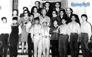 Bác cùng các cháu thiếu niên dũng sĩ miền Nam tiếp Đoàn đại biểu Hội hữu nghị Cuba-Việt Nam thăm nước ta