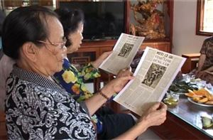 Những tấm huy hiệu Bác Hồ tặng 10 nữ dân quân thôn Nam Phú