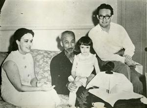 Chủ tịch Hồ Chí Minh với phóng viên Đài phát thanh Liên Xô Pert Aleshin