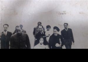 Bức ảnh kỷ niệm của gia đình ông Đào Nhật Vinh với Chủ tịch Hồ Chí Minh trong chuyến đi Pháp năm 1946