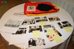 Chiếc mũ len, bức tranh dán giấy và tình cảm của người Pháp với Bác Hồ