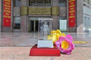 Sản phẩm lưu niệm Pha lê 3D tượng Chủ tịch Hồ Chí Minh