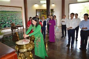 Phó Chủ tịch nước Võ Thị Ánh Xuân dâng hương cụ Phó bảng Nguyễn Sinh Sắc