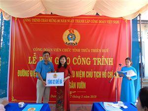 Công đoàn Viên chức tỉnh Thừa Thiên Huế trao tặng ghế đá và hệ thống điện thắp sáng đường vào Di tích Nhà lưu niệm Bác Hồ ở Dương Nỗ