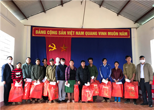 Ban quản lý các di tích Quốc gia đặc biệt tỉnh Cao Bằng chúc tết, tặng quà các hộ gia đình có hoàn cảnh khó khăn xóm Nặm Lìn, xã Trường Hà, huyện Hà Quảng