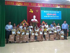 40 suất quà của Công đoàn Bảo tàng Hồ Chí Minh đến với trẻ em có hoàn cảnh khó khăn ở huyện Anh Sơn, tỉnh Nghệ An