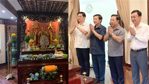 Đoàn đại biểu nhân dân làng gốm Bát Tràng dâng hương và báo công Chủ tịch Hồ Chí Minh