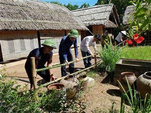 Chi bộ Kiểm kê Bảo quản, Khu di tích Kim Liên tổ chức tu sửa nhỏ tại các hộ láng giềng