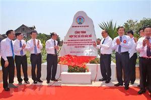 Thủ tướng cắt băng Khánh thành Công trình Hợp tác xã với Bác Hồ