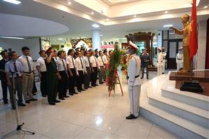 Lãnh đạo Tỉnh và Thành phố Huế dâng hoa tại Bảo tàng Hồ Chí Minh Thừa Thiên Huế