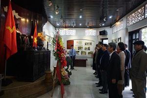 Đoàn công tác của Ban chỉ đạo Trung ương Chương trình mục tiêu quốc gia xây dựng nông thôn mới dâng hoa, dâng hương tại Khu di tích lưu niệm Chủ tịch Hồ Chí Minh ở làng Dương Nỗ