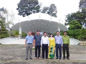 Bộ trưởng Bộ Nông nghiệp và Phát triển Nông thôn Lê Minh Hoan dâng hương cụ Phó bảng Nguyễn Sinh Sắc và trồng cây lưu niệm tại di tích