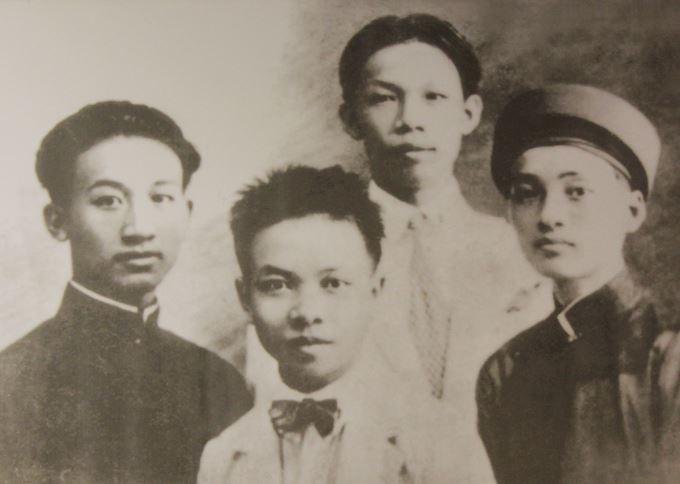 Trường Chinh (thứ hai, từ trái sang) thời niên thiếu cùng các bạn Nguyễn Phúc, Nguyễn Đức Cảnh, Đặng Tiệm Quỳ (đứng sau) khi còn học ở trường Thành Chung Nam Định (nay là THPT chuyên Lê Hồng Phong) khóa 1923-1926.