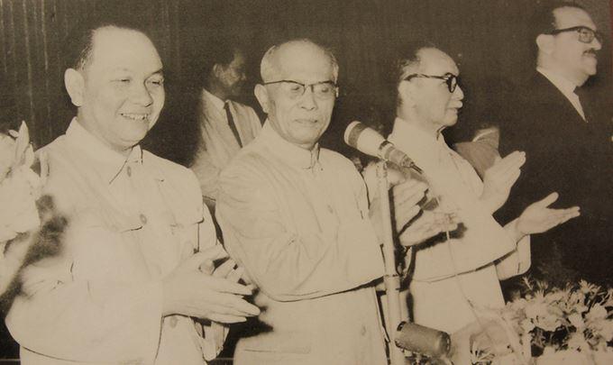 Từ 7-15/7/1960, Kỳ họp thứ nhất Quốc hội khóa II diễn ra tại Hà Nội, Trường Chinh (thứ nhất, từ trái sang) được bầu làm Chủ tịch Ủy ban Thường vụ Quốc hội và giữ chức vụ này thời kỳ 1960-1975.