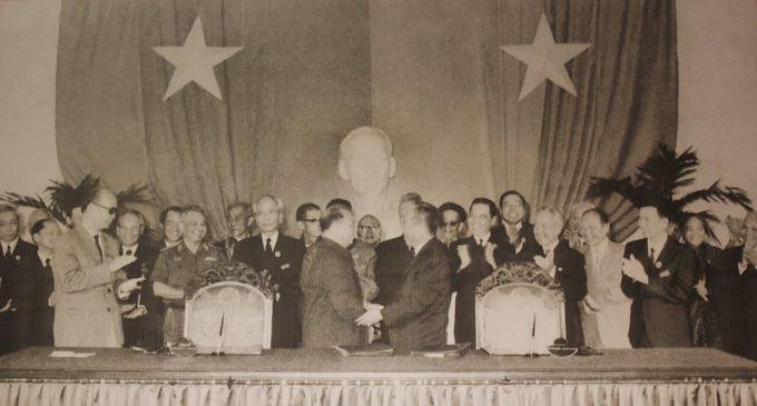 Sau ngày thống nhất, đại diện hai miền Nam – Bắc tổ chức Hội nghị Hiệp thương chính trị thống nhất đất nước tại Sài Gòn từ ngày 15-21/11/1975. Trong ảnh, trưởng đoàn đại biểu miền Bắc Trường Chinh và trưởng đoàn đại biểu miền Nam Phạm Hùng tại lễ ký kết văn kiện chính thức. Từ đây, Bắc Nam sum họp một nhà, cả nước bước vào thời kỳ xây dựng XHCN, khắc phục hậu quả chiến tranh.