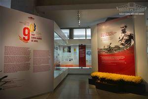 """[Ảnh] Trưng bày chuyên đề: """"Tự hào 90 năm Đảng Cộng sản Việt Nam - Một chặng đường vẻ vang"""" [Ảnh]"""