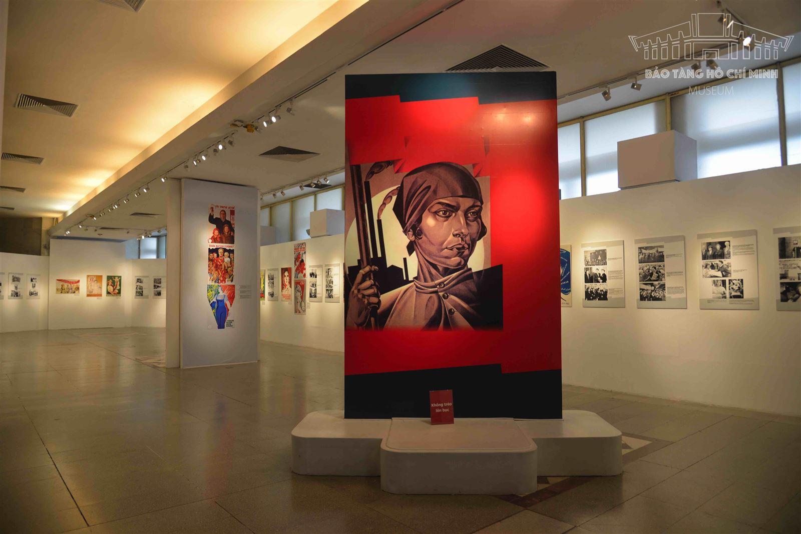 """[Ảnh] Triển lãm Phụ nữ Xô viết: Người công dân, Người lao động, Người mẹ"""""""